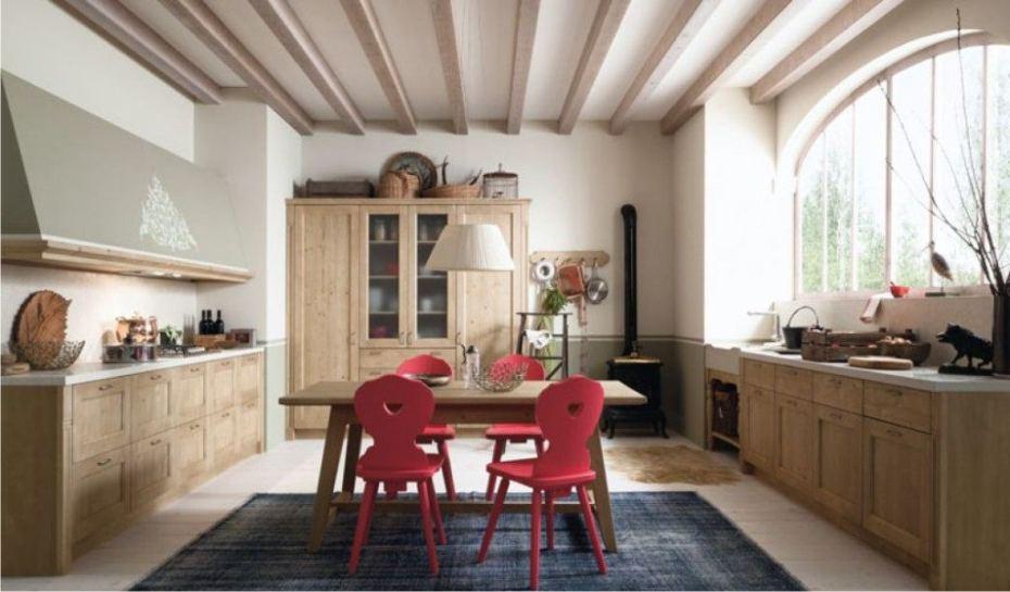 Cucina classica realizzata in vero legno di abete da Scandola Mobili