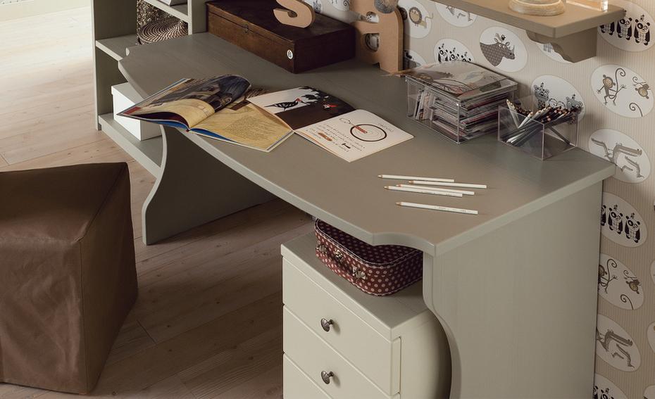 scrivania con gambe sagomate